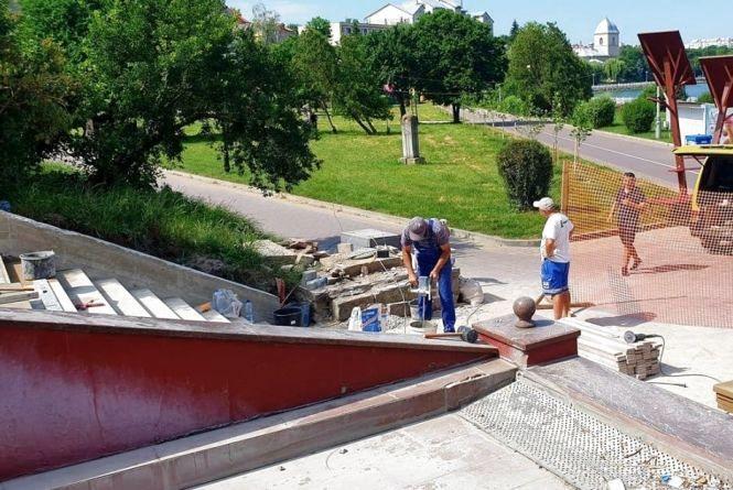 Частину сходів, які ведуть в парк Шевченка, майже відремонтували. Їх облаштовують декоративним каменем