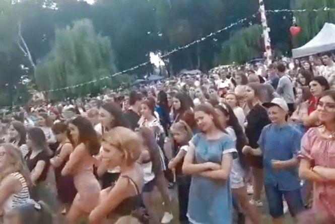 Відео дня: у Теребовлі сотні людей різного віку разом танцювали сальсу