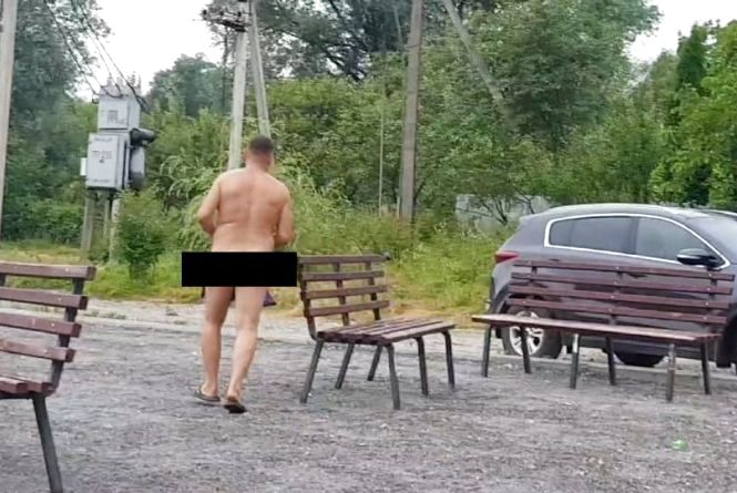 Тернополянин скаржиться на нудиста, який купається у громадському місці