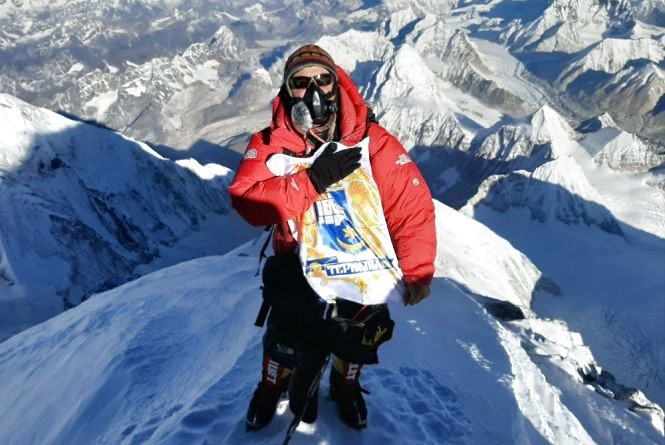 Український альпініст підкорив найвищу вершину світу із гербом Тернополя у руках