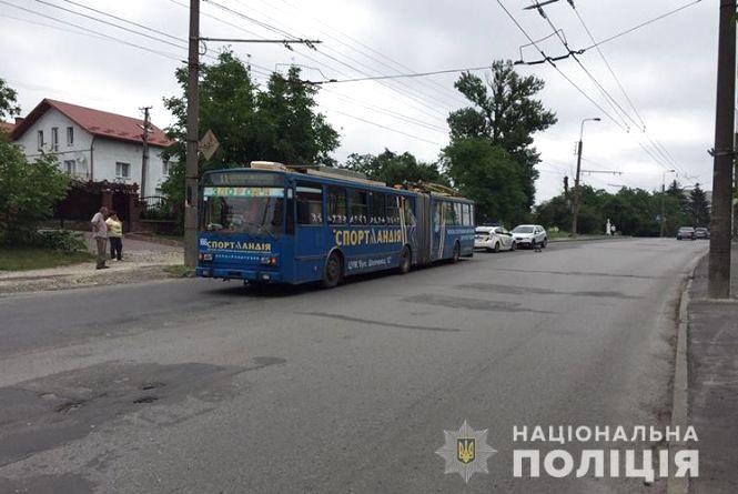 Водій тролейбуса на Бережанській збив пенсіонерку. Вона померла у лікарні