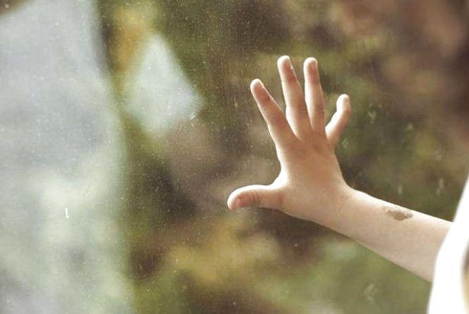 """З відчиненого вікна на """"Дружбі"""" випав п'ятирічний хлопчик. Він грав з братом у хованки"""