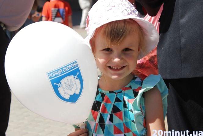 У Тернополі поліцейські роздавали дітям морозиво та розповіли про свою роботу