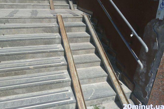Чи безпечні пандуси у центрі Тернополя: ми поміряли ширину та кут нахилу