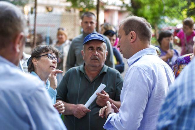 Про долю країни та благоустрій дворів запитують тернополяни у Степана Барни (прес-служби)