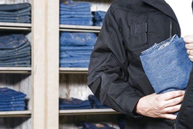 Чоловік проникнув у магазин, щоб вкрасти гроші, натомість прихопив лише футболки та штани