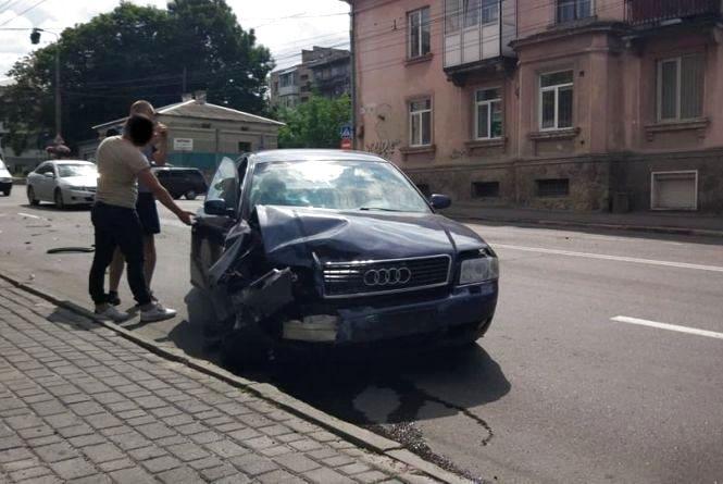 Розшукують очевидців аварії з таксі на Бандери. Водій однієї з автівок просить надіслати відео