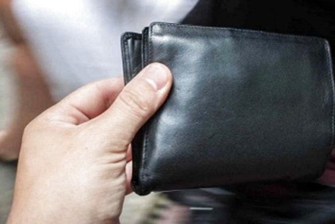 У Тернополі вже раніше судимий чоловік викрав гаманець у відвідувача громадського закладу
