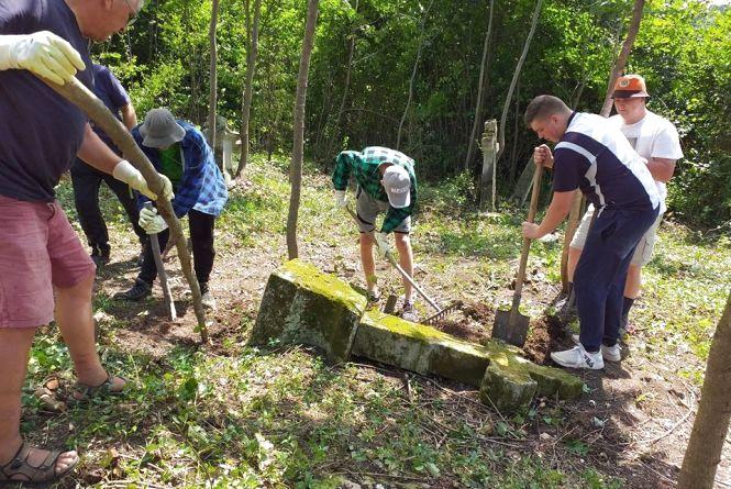 Волонтери з Польщі приїхали на Тернопільщину, щоб поприбирати могили своїх предків