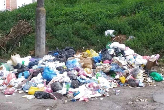 Через ремонт на Острозького перенесли смітники. Люди зробили звалище посеред вулиці