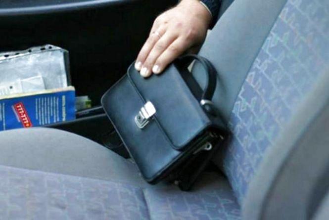 """Зловмисник викрав сумку у тернополянина, котрий """"відпочивав"""" у дворі  після застілля"""