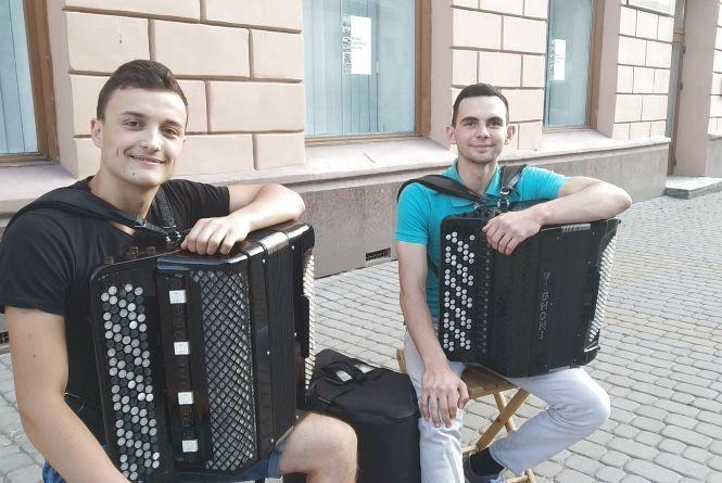 Відео дня: вуличні музиканти в Тернополі грають на баянах кавери на сучасні хіти