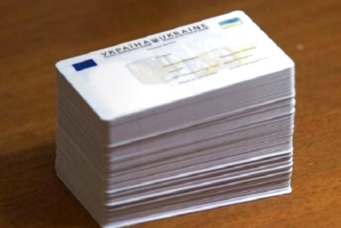 У міграційній службі нагадують, що громадяни не забрали свої документи, а скоро вибори