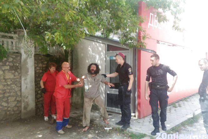 На Шептицького лікарі та поліцейські заспокоювали чоловіка