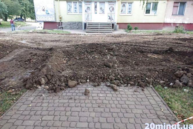 На Київській понищили асфальт та газони: хто винен і буде відновлювати благоустрій