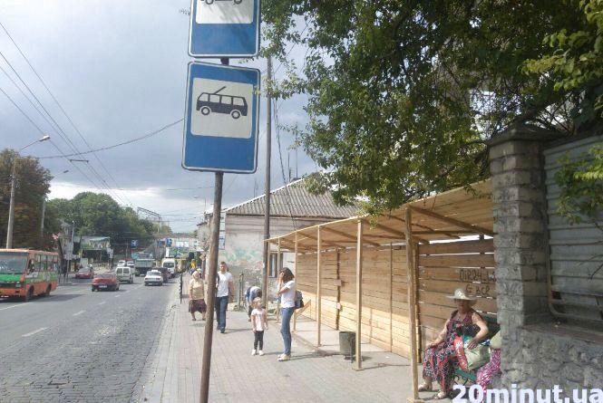 Фото дня: на Збаразькій будують прямо на місці зупинки