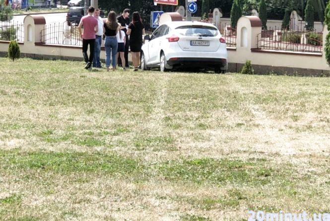 Фото дня: припаркований автомобіль скотився і врізався у паркан храму