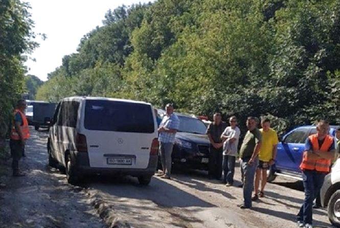 На Тернопільщині протестувальники перекрили дорогу державного значення через її жахливий стан