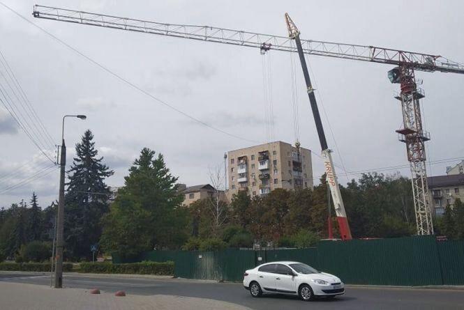 На Миру стріла будівельного крану знову висить над дорогою. Будівельники кажуть, що нічого не порушують