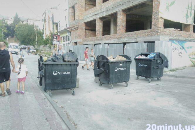 Посеред дороги сміттєві контейнери: кращого місця для них немає