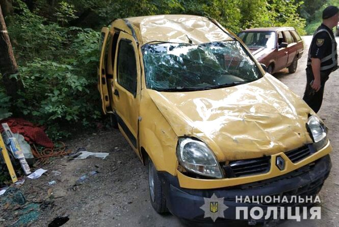 На Тернопільщині внаслідок ДТП перекинувся автомобіль: постраждала пасажирка