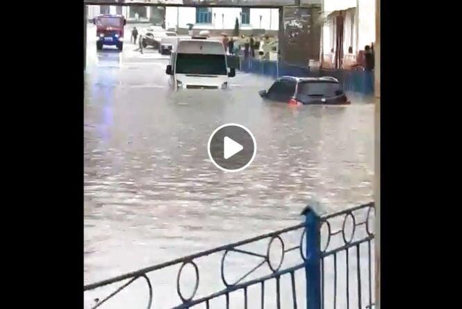 Підволочиськ плавав: затопило автомобілі. Люди такого ще не бачили (відео)