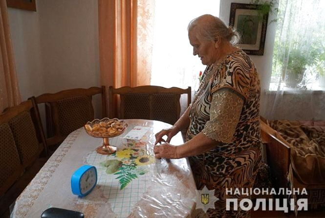 Замість грошей пачка паперу: на Тернопільщині шахрайки виманили в старенької 40 тисяч гривень