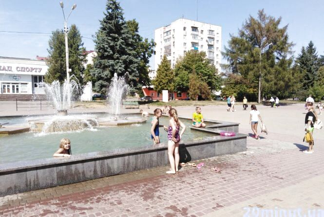 """Фото дня: фонтан на """"Східному"""" перетворили на басейн"""