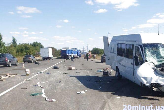 На перехресті Біла-Чистилів мікроавтобус із пасажирами врізався у фуру. Уже четверо - в лікарні