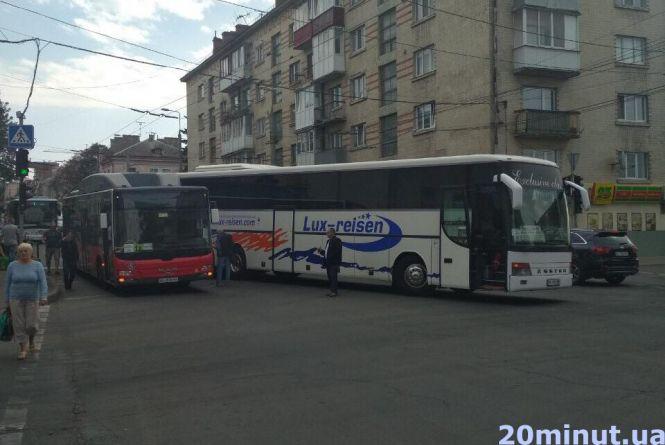 """На """"Східному"""" аварія: зіштовхнулись низькопідлоговий та двоповерховий автобуси"""