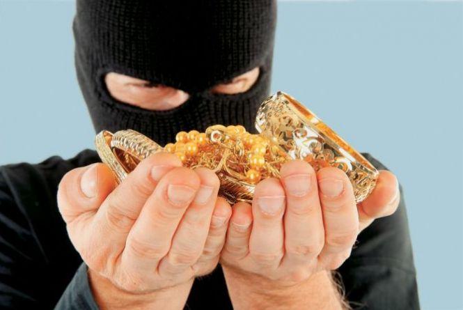 Судитимуть злодіїв, які винесли з квартири тернополянки готівки і прикрас на 100 тисяч гривень