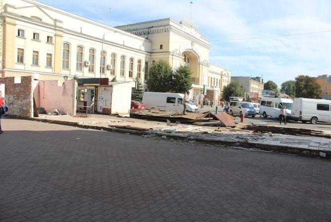 На Привокзальному майдані демонтували МАФи: розпочалась масштабна реконструкція площі