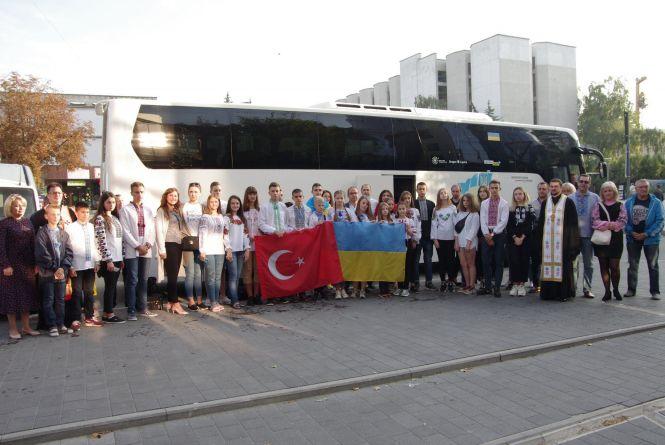 Запросили у Туреччину: 25 дітей із Тернопілля поїхало на відпочинок