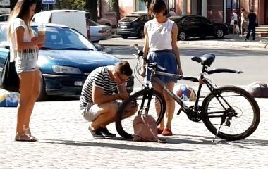 Експеримент: чи допоможуть тернополяни дівчині, у якої зламався велосипед. ВІДЕО