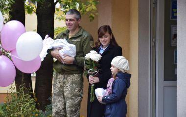 З військовим оркестром у Тернополі зустріли з пологового маля військовослужбовця