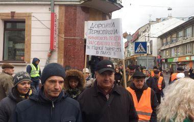 Дорожники Тернопільщини вимагають грошей. Перекрили дорогу на Руській (пряма трансляція)