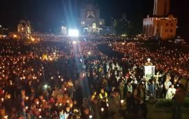 Десятки тисяч людей з свічками в руках молились у Зарваниці
