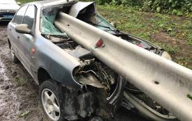 Машину проштрикнуло наскрізь, а на водієві лише подряпини. Кажуть – народився у сорочці