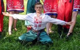 Незважаючи на біль, танцює та допомагає мамі: односельці просять про допомогу для 14-річного Сашка