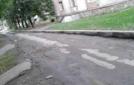 """""""Розрили дорогу ще влітку і так залишили"""", - скаржаться жителі вул. Клима Савури"""