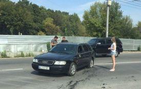 Шукають водія, який на мотоциклі врізався в Audi A6 і з місця аварії втік