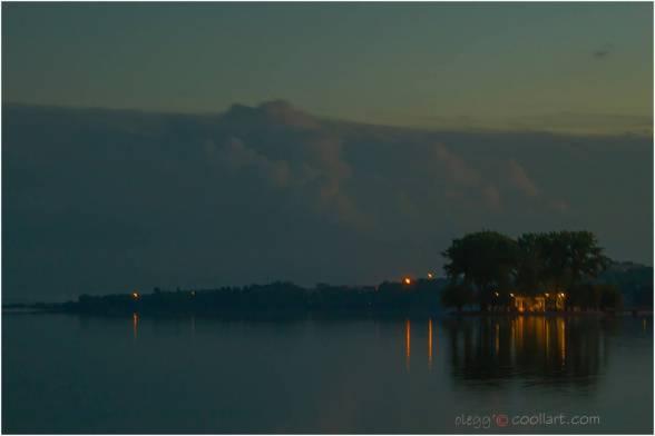 Якшо вам так вже свербить побачити екзотичний схід сонця у, наприклад, засертому москалями Таїланді, то є ваша особиста біда. Бо те ж саме можна зробити, не витрачаючи дурних грошей на маячню, безпосередньо у файному місті Тернопіль, де москалів й опівдні небагато, а о четвертій ранку - й поготів.  На фото: безкоштовний схід сонця у файному місті, за повної відсутності москалів