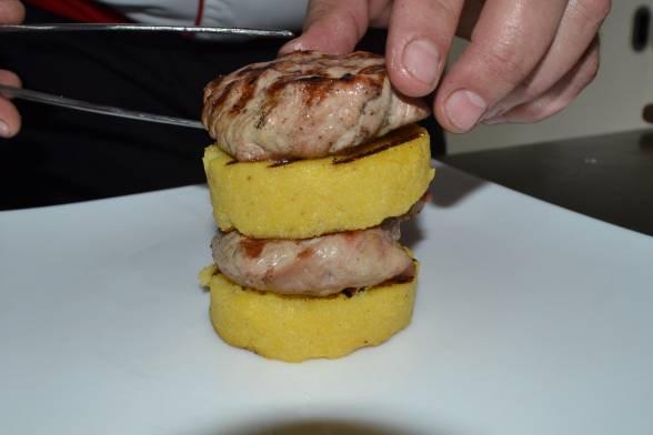 Викласти стейки і поленту на тарілку гіркою, чергуючи м'ясо і кашу