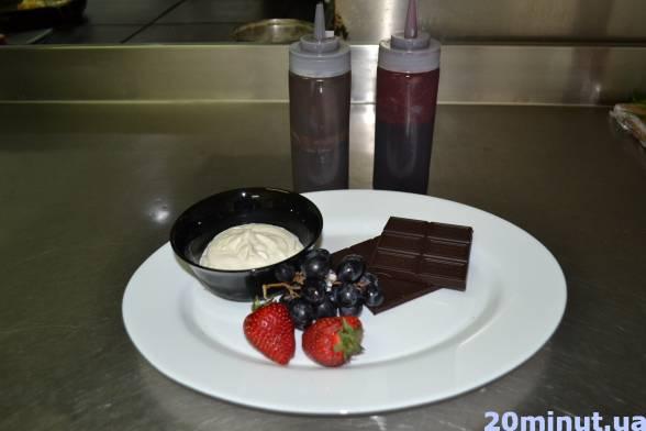 Підготувати шоколад, полуницю, виноград, сметану, джем з лісових ягід