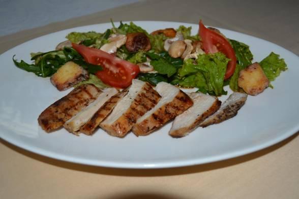 М'ясо нарізати скибками і викласти на тарілку з овочами, подати теплим