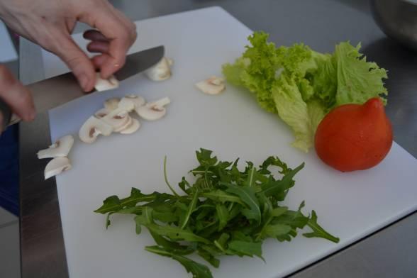 Порвати салат, нарізати скибками помідор, гриби — пластинками