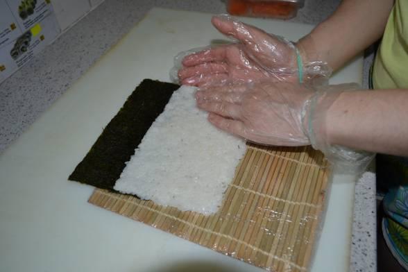 Викласти на лист норі рис, розрівняти його, утрамбувати