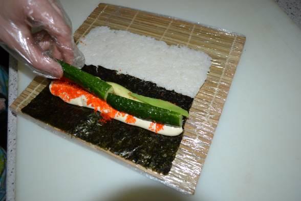 Покласти на сир розрізаний огірок й авокадо, нарізане соломкою