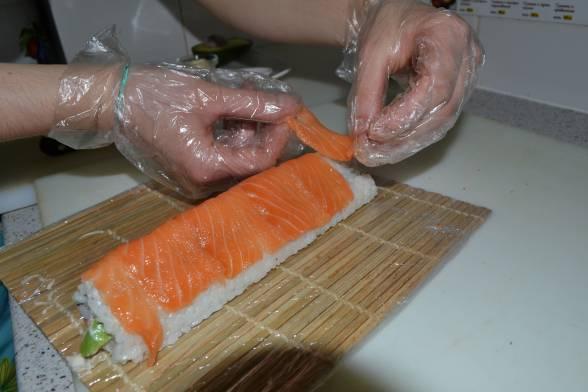 Згорнути норі з начинкою, надати форми, виклати філе лосося
