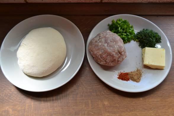 Замісити тісто, приготувати м'ясний фарш, подрібнити зелень